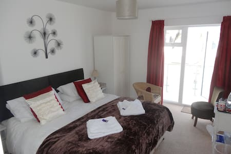 Blue Sky Bed & Breakfast 'Godolphin' room. - Saint Ives