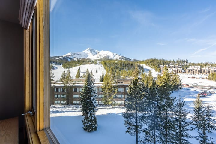 Ski-in/out condo w/shared hot tub, pool & gym-fantastic mtn views