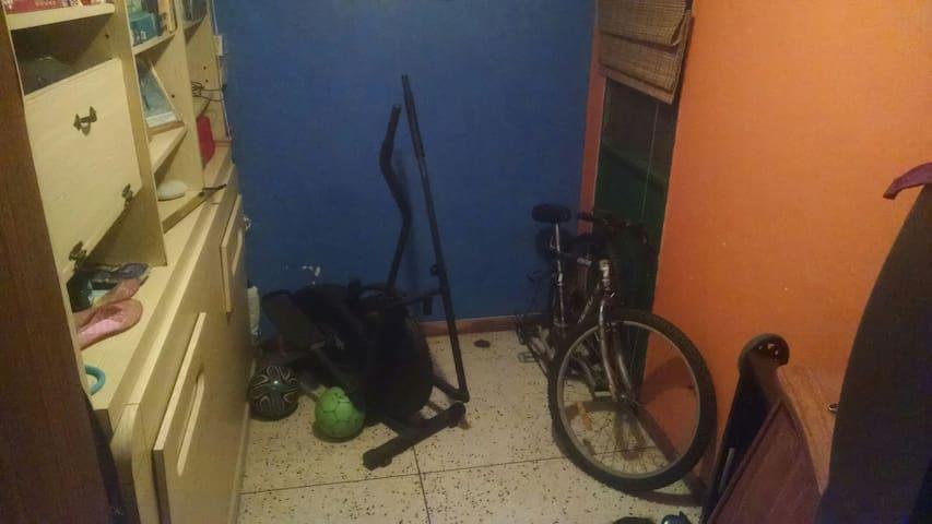 Habitación cómoda amueblada