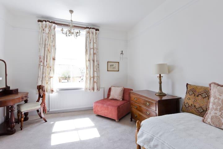 Charming sunny spacious room. Near Farnham Room 3