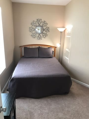 Private bedroom 1 mile from BJC