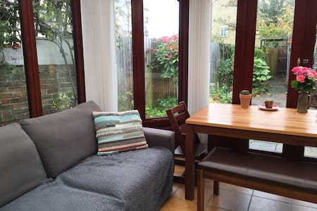 Double room in bungalow with patio - Leighton Buzzard