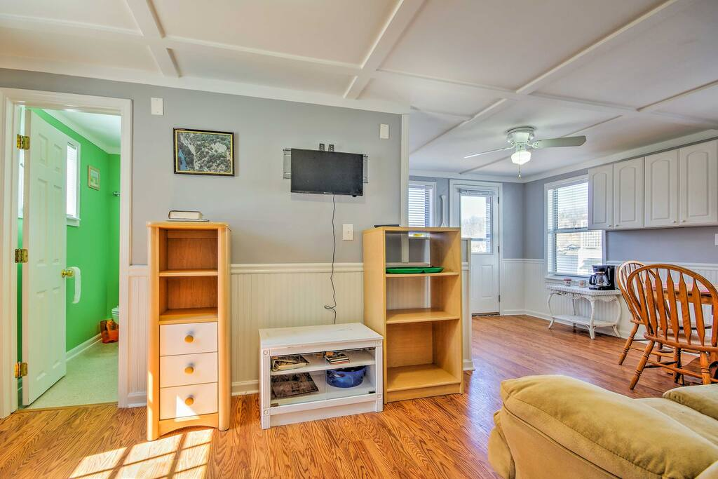 Hardwood floors lead you into the airy interior with arrangements for 4 guests.