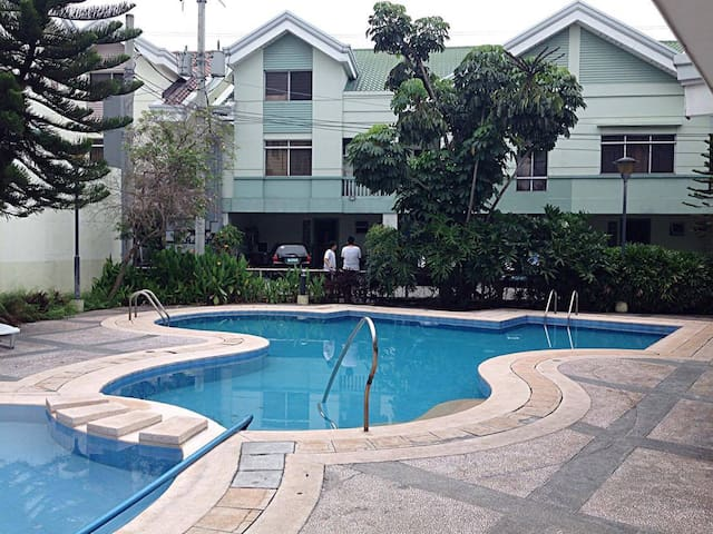 private room in a townhouse in city center w/ pool - Manila - Townhouse
