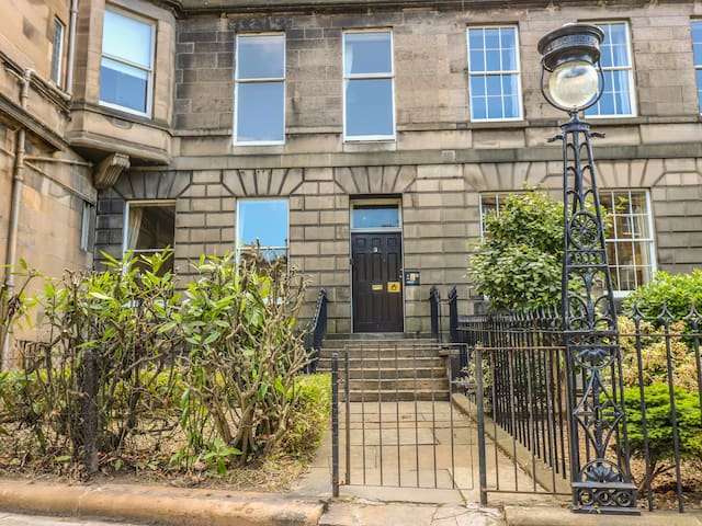 3 LYNEDOCH PLACE, pet friendly in Edinburgh, Ref 985134