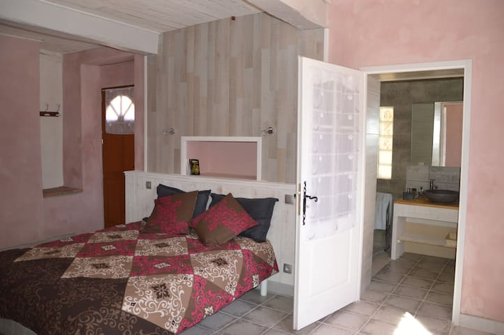 Belle chambre indépendante dans un coin de verdure - Estang - Gjestehus
