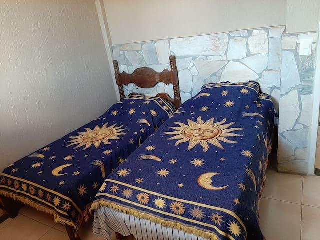 Quarto - duas camas de solteiro banheiro privativo