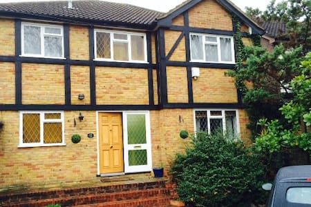 Double bedroom in friendly west London home - Isleworth - Rumah