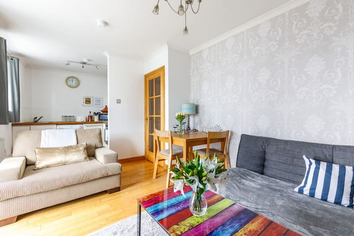 Fresh West-end apartment, beside the Hydro and close to City centre