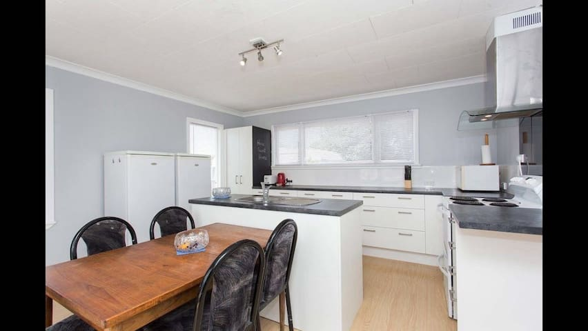 Sunny, spacious, and convenient - Christchurch - Hus