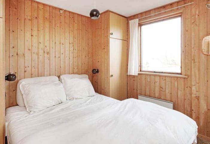 Soveværelse med udgang til terrasse mod Øst og  med dobbeltseng og to skabe