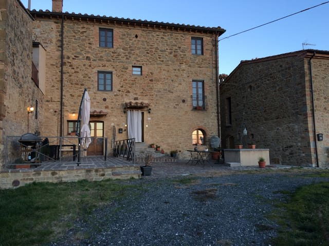 Peaceful restored vineyard home with pool - Chianni - Casa de vacances
