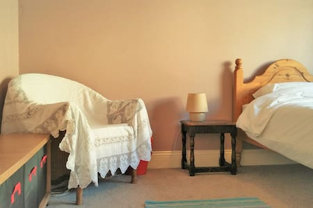 Bright room, spacious house, near city & country - Sheffield