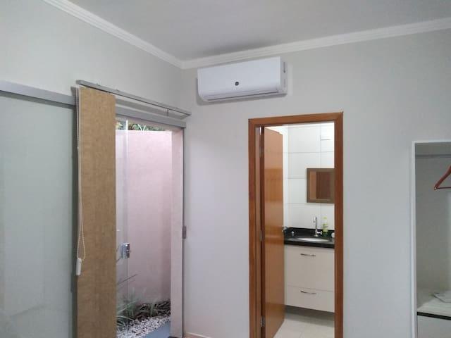 Suite 1: Acomoda 2 pessoas em cama casal Queen, com ar split, jardim de inverno, armário e gaveteiros para roupas.