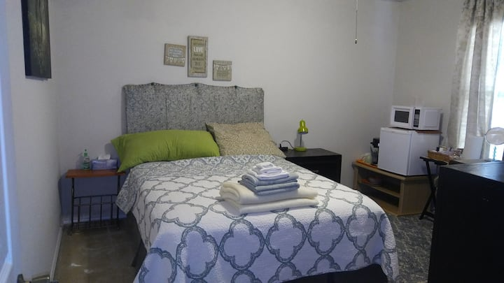 OAK POINT private room, shared bathroom. Queen bed