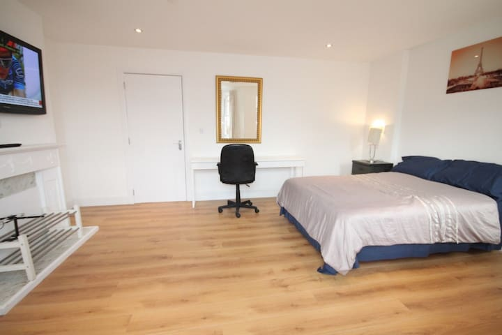 Refurbished double room with en-suite shower(No4)