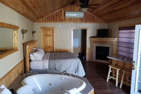 Deluxe Cabin #10 - Hidden Lake Winery
