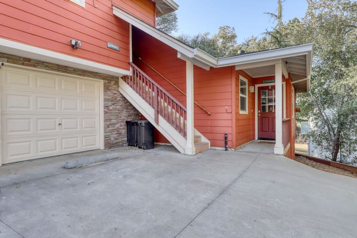 Spacious, dog-friendly condo w/access to shared pool, tennis courts, & golf!