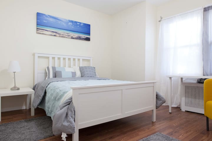 Clean, Spacious, Private Rooms close to the City. - Queens - House