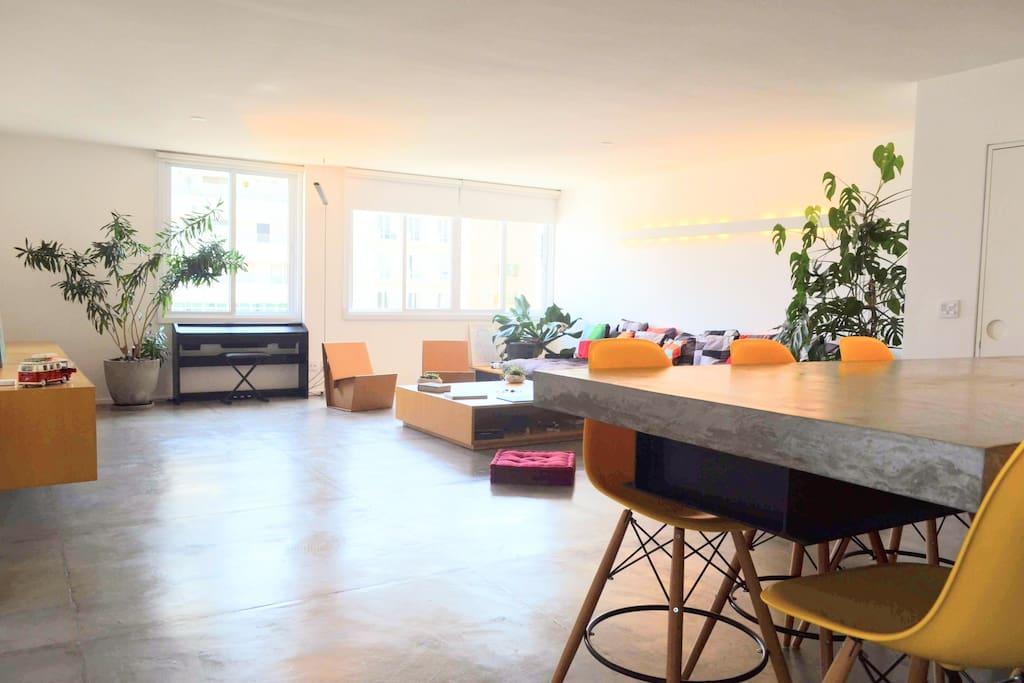 Entrada: Sala de estar com cozinha integrada de dia (Living room and Kitchen in the morning)