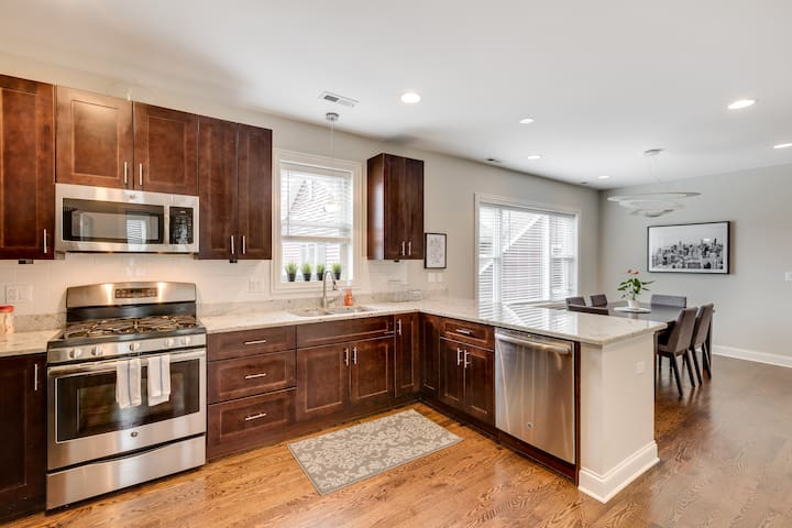 3 Bdrm - Modern Vibe in a Classic Chicago Two-flat