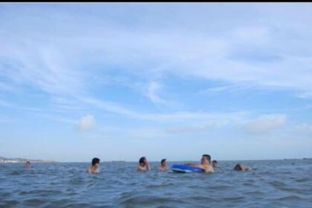 在海边的民宿,不行三分钟就能到海上游泳。