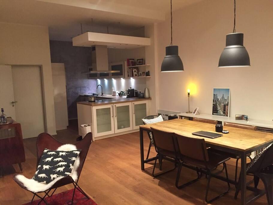 Moderne voll ausgestattete Küche mit Essbereich