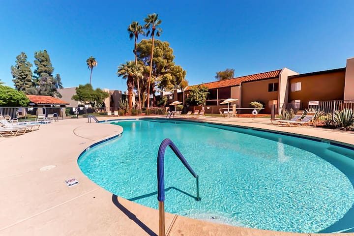 Beautiful, dog-friendly condo w/shared pool, grilling area, and hot tub!