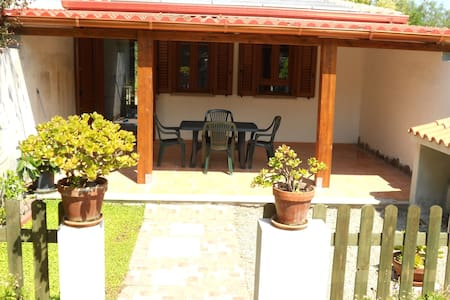 Monolocale con patio e terrazza - Calasetta - Huis