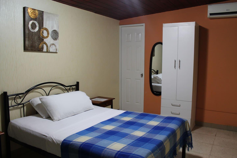 Habitación Sencilla con A/C y Baño privado.