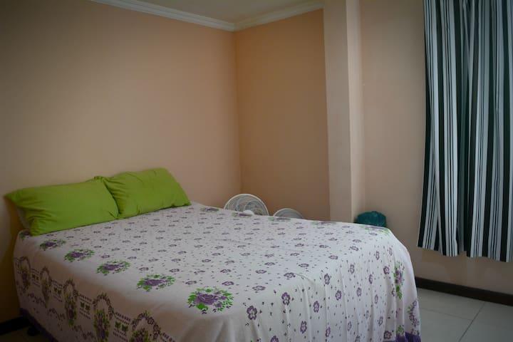 Quarto 2 também com cama de casal, dois ventiladores e colchonete.