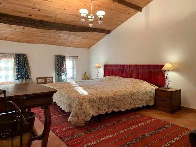 Chambre en étage. Entrée étroite  2 lits simples 90 cm ou 1 double 180. climatisation réversible .