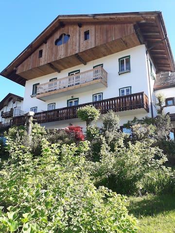 Una  casa rurale con vista a Cortina d'Ampezzo