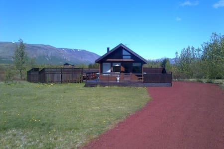 Family-friendly, jacuzzi, private, great location - Laugarvatn