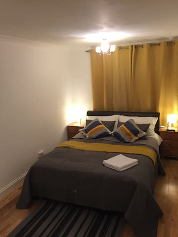 Cosy Sunny Large Room with private shower Excel O2