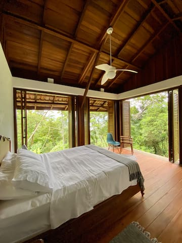 Suíte andar térreo com uma cama queen / ground floor suite bedroom with one queen size bed