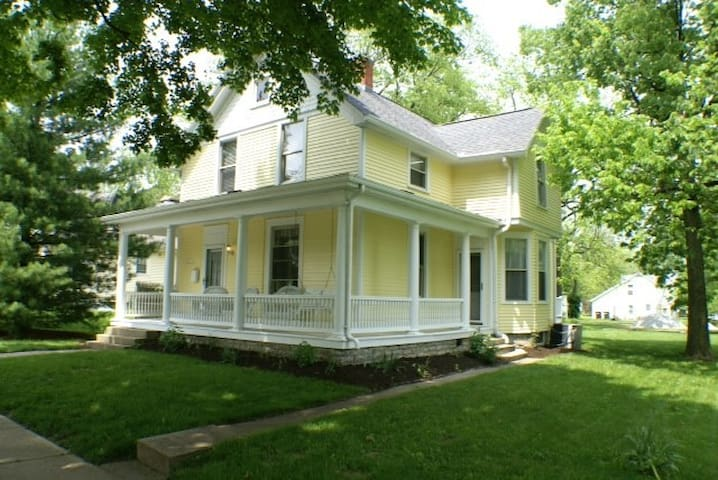 Beautiful Victorian home - 2 blocks from Uptown