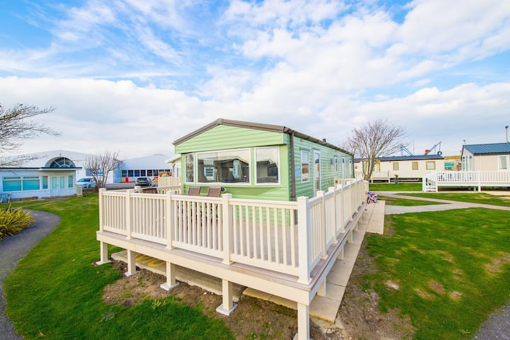 AV10 - Camber Sands Holiday Park - 3 bedroom / sleeps 8 - large gated deck - close to facilities