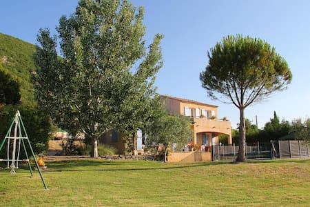Villa au calme avec piscine et grand jardin clos