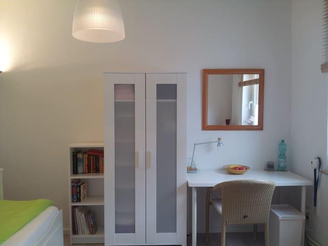 Hell eingerichtetes, sonniges Zimmer