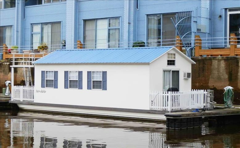 Houseboat Pisces: Tiny House Living In a Big City!