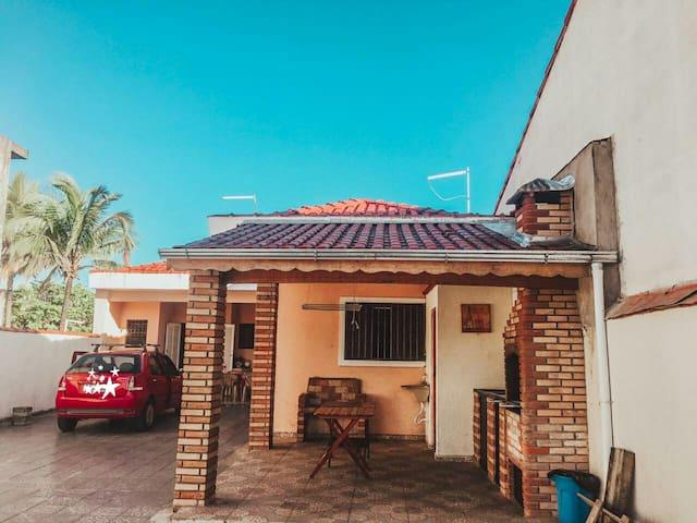 Casa na rua da praia em Itanhaém com Piscina
