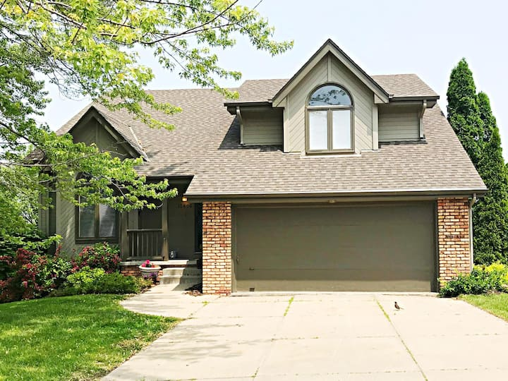 Large Family home in West Omaha!