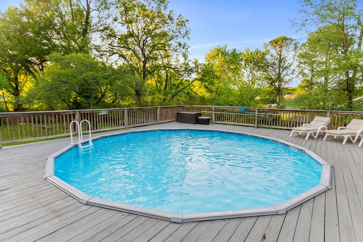 Charming house w/private pool & fenced yard in quiet neighborhood