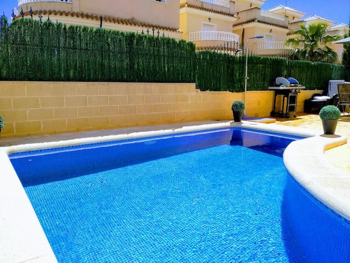 Vrijstaande villa met privé zwembad