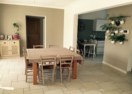 Grande chambre avec SDD privative - La tour D'aigues  - Rumah