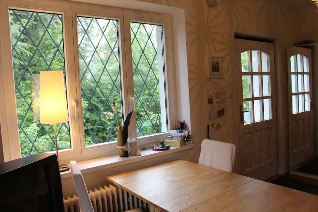Eßtisch im Appartement mit Blick ins Grüne