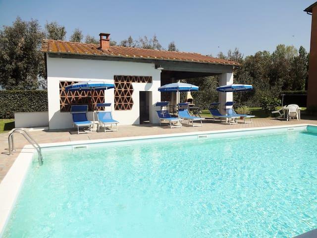 Agriturismo Pinzale, con piscina e bel salone - Latignano - Andet