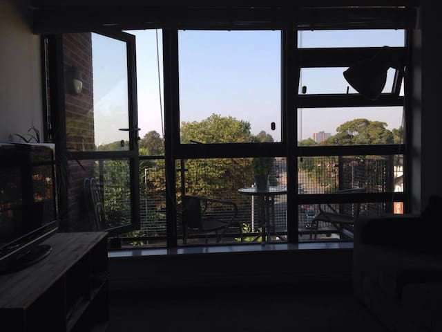 Cosy king size and en suite room in Chorlton - Manchester - Apartamento