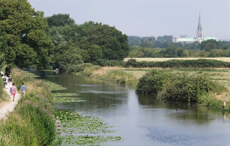 Further along the canal, away from town, towards popular country pubs
